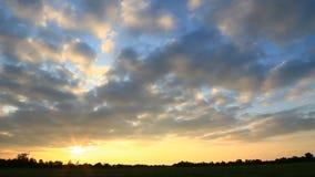 Timelapse de la puesta del sol con las nubes que cubren el sol