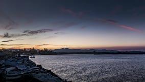 Timelapse de la puesta del sol del río del barco de pesca almacen de metraje de vídeo