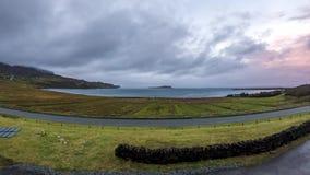 Timelapse de la puesta del sol en la bahía de Staffin en la isla de Skye, Escocia almacen de video