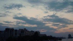 Timelapse de la puesta del sol en el terraplén del Dnipro metrajes