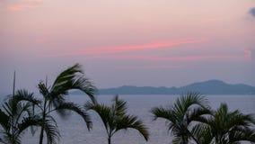 Timelapse de la puesta del sol hermosa en el mar en Tailandia Escena relajante romántica en el centro turístico tropical en Asia almacen de video