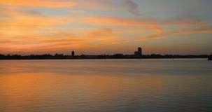 Timelapse de la puesta del sol Lapso de tiempo del panorama 4k del paisaje urbano de la puesta del sol del verano almacen de video