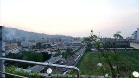 Timelapse de la puesta del sol sobre la ciudad de Patong Gente, coches, todos en una precipitaci?n almacen de metraje de vídeo