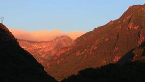 Timelapse de la puesta del sol sobre el pico de montaña en pirenáico, Francia almacen de metraje de vídeo