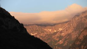 Timelapse de la puesta del sol sobre el pico de montaña en pirenáico, Francia almacen de video