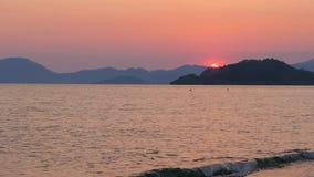 Timelapse de la puesta del sol, sol que fija la tarde caliente, día a la noche almacen de metraje de vídeo