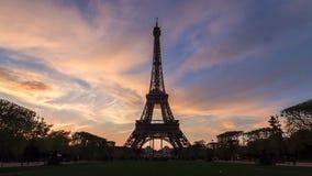 Timelapse de la puesta del sol de la torre Eiffel 4K almacen de metraje de vídeo