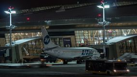 Timelapse de la rutina del aeropuerto en la noche Vnukovo, Moscú almacen de metraje de vídeo