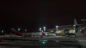 Timelapse de la rutina del aeropuerto en Vnukovo en la noche, Moscú almacen de metraje de vídeo