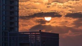 Timelapse de la salida del sol en el puerto deportivo de Dubai en Dubai, UAE almacen de metraje de vídeo