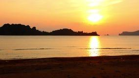 Timelapse de la salida del sol en la playa de Sai Ri almacen de video