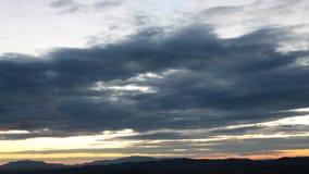 Timelapse de la salida del sol hermosa con las nubes anaranjadas metrajes