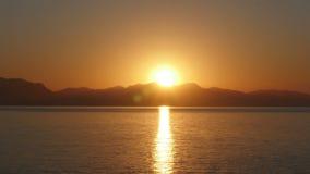 Timelapse de la salida del sol, mañana caliente de la subida del sol, enfoque hacia fuera metrajes