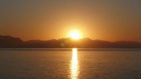 Timelapse de la salida del sol, mañana caliente de la subida del sol, enfoque hacia fuera