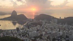 Timelapse de la salida del sol sobre Sugar Loaf y Botafogo aúllan en Rio de Janeiro Brazil almacen de metraje de vídeo