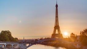 Timelapse de la salida del sol de la torre Eiffel con los barcos en río Sena y en París, Francia