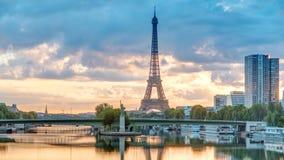 Timelapse de la salida del sol de la torre Eiffel con los barcos en río Sena y en París, Francia almacen de video