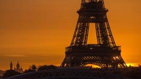 Timelapse de la salida del sol de la torre Eiffel con los barcos en río Sena y en París, Francia metrajes