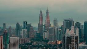 Timelapse de la soirée changeante de nuit en Kuala Lumpur, Malaisie clips vidéos