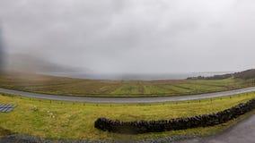 Timelapse de la tormenta de la lluvia que viene a la bahía de Staffin en la isla de Skye, Escocia almacen de video