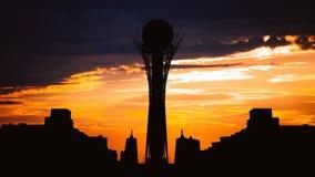 Timelapse de la torre de Bayterek de la silueta en la capital de Astaná de Kazajistán en puesta del sol hermosa almacen de metraje de vídeo