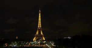 Timelapse de la torre Eiffel en luz de oro en la noche metrajes