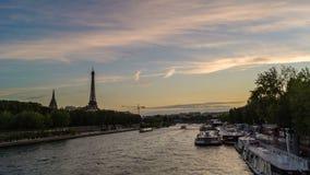 Timelapse de la torre Eiffel iluminado y de los barcos que pasan cerca en el río Sena en el verano, visión desde el puente de Inv almacen de video