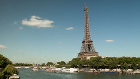 Timelapse de la torre Eiffel y del Sena con los barcos metrajes