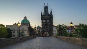 Timelapse de la torre vieja del puente de la ciudad con Charles Bridge en la ciudad de Praga, lapso de tiempo de la República Che almacen de metraje de vídeo