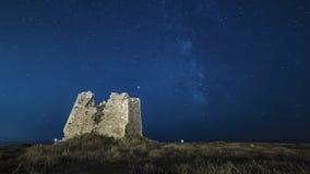 Timelapse de la vía láctea de la noche en ruinas antiguas del castillo playa de la noche estrellada metrajes
