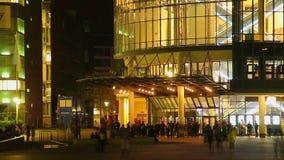 Timelapse de la vida de ciudad de la noche, gente social, último pasillo del cine del tiempo almacen de video
