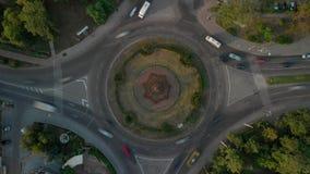 timelapse de la visión aérea 4k del camino con los coches circulares almacen de video