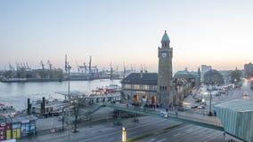 Timelapse de Landungsbruecken en el puerto de Hamburgo almacen de metraje de vídeo
