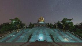 Timelapse de las estrellas que se mueven en cielo nocturno sobre Wat Muen Buddha Mettakhunaram, Chiangrai, Tailandia almacen de video