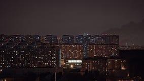 Timelapse de las luces de la ventana y de los tubos que fuman en ciudad en la noche Moscú, Rusia almacen de video