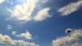Timelapse de las nubes bajas del cielo azul Foto de archivo libre de regalías