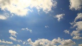 Timelapse de las nubes bajas del cielo azul Imagenes de archivo