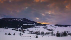 Timelapse de las nubes que pasan cerca sobre paisaje del invierno en cárpato almacen de metraje de vídeo