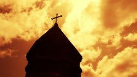 Timelapse de las nubes que pasan cerca sobre torre de la iglesia cristiana