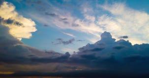 Timelapse de las nubes de tormenta con lluvia en horizonte y puesta del sol dramática hermosa con el cielo dramático colorido almacen de metraje de vídeo