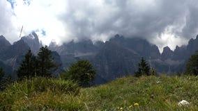 Timelapse de las nubes de tormenta en las montañas majestuosas anchas metrajes