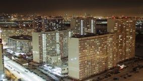 Timelapse de las ventanas residenciales de los planos que se encienden para arriba y que apagan durante la noche metrajes