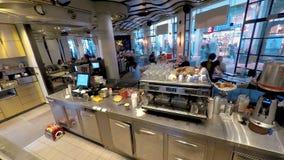 Timelapse de los miembros del personal ocupados que sirven a clientes en cafetería metrajes