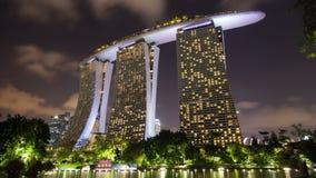 Timelapse de Marina Bay Sands con las nubes de noche metrajes