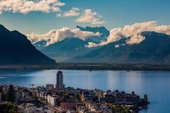 Timelapse de Montreux con el lago de Ginebra y de la montaña suiza en el fondo almacen de metraje de vídeo