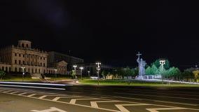 Timelapse de Moscou la nuit Panorama de Kremlin et de la statue de prince Vladimir banque de vidéos