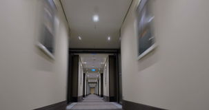 Timelapse de mover-se para a frente no hotel claro vazio video estoque