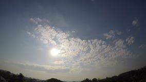 Timelapse de nubes por la mañana con el pájaro, movimiento del cielo azul se nubla el fondo, almacen de video