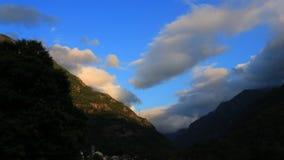 Timelapse de nubes sobre el pico de montaña en pirenáico, Francia metrajes