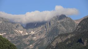 Timelapse de nubes sobre el pico de montaña en pirenáico, Francia almacen de metraje de vídeo